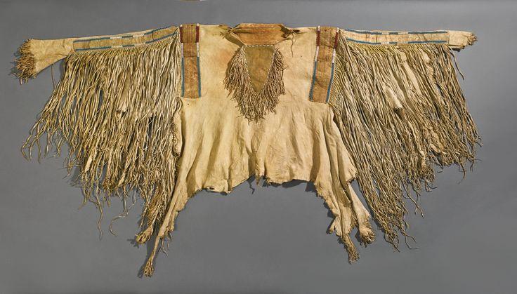 Военная рубаха с вышивкой бисером и иглами, Кроу или Не Персе. В. Коллекция Father John Higginbotham, ирландского священика, который служил между 1840 и 1860-х гг. в Сент-Луисе, штат Миссури. После его смерти, эта рубашка и другие индейские реликвии были завещаны Аббатству Mount Melleray, графство Уотерфорд, Северная Ирландия, где они оставались до недавнего времени. Продана на аукционе Кристи в Лондоне в июне 1983 года.  Sotheby's. ARTS OF THE AMERICAN WEST, 21 мая 2014 года. Нью Йорк.