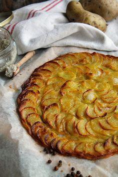 Gâteau de pommes de terre : Épluchez et coupez 600g de patates en fines rondelles à l'aide d'une mandoline, ne les rincez pas. Faites fondre le beurre. Badigeonnez une feuille de papier sulfurisé avec un peu de beurre puis mettez cette feuille sur une plaque allant au four. Disposez joliment les pommes de terres en rondelles sur la feuille beurrée afin de former un cercle, puis ajoutez un peu de beurre au pinceau, du sel et du poivre entre les différentes couches. Enfournez 25-30 minutes à…