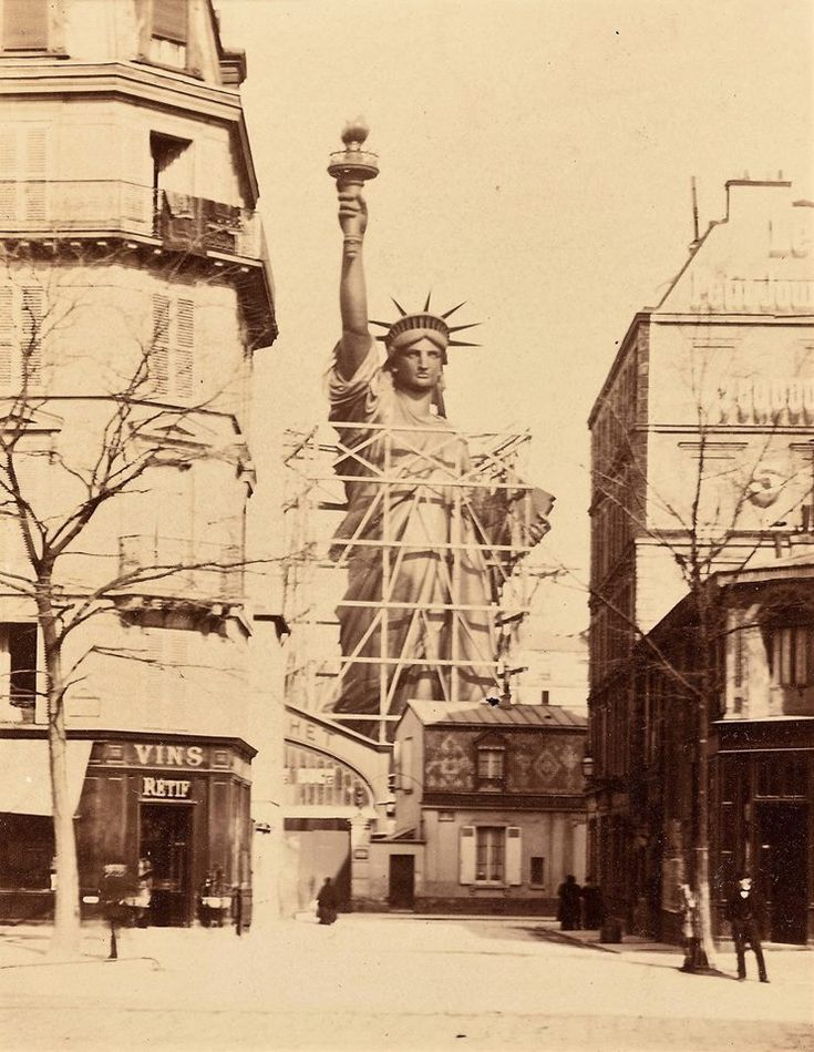 La statue de la liberté en construction dans les rues de Paris https://www.15heures.com/photos/p/30943/ #FAIL