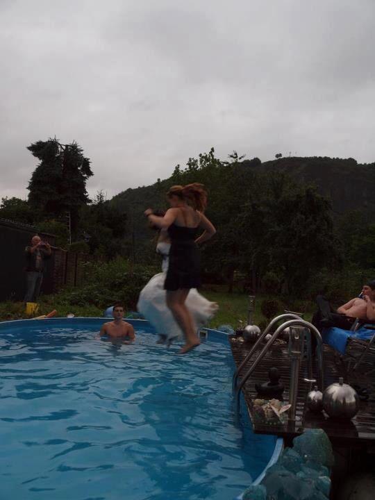 Jump in den Pool :)  Standesamtliche Hochzeit