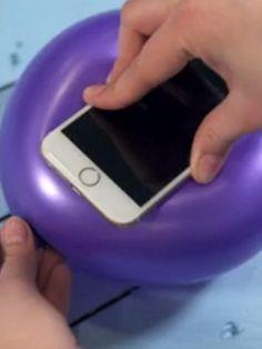 Handyhüllen sind Ihnen zu teuer? Wir zeigen mit einem Life Hack wie Sie einfach und günstig eine Handyhülle aus einem Luftballon selbst basteln können.