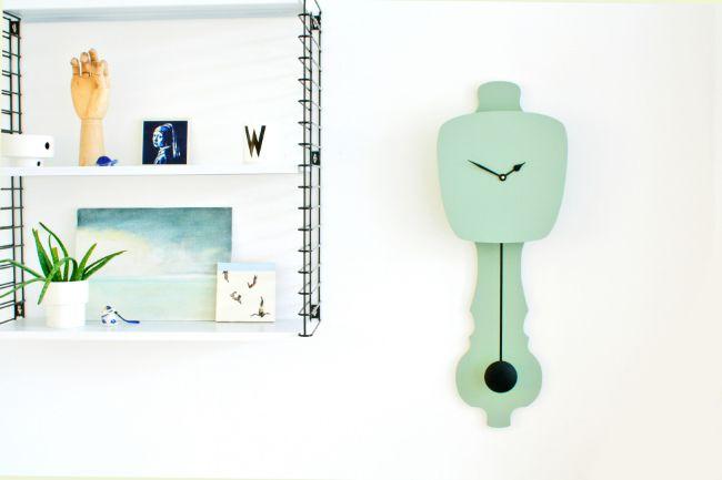 Mintgroene klok bij metalen boekenrek - bekijk en koop de producten van dit beeld op shopinstijl.nl