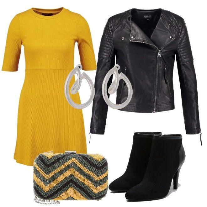 Stile rock per questo outfit adatto ad una serata con gli amici. Mini dress Spicy Mustard e chiodo in ecopelle per dare carattere. Stivaletto con tacco alto, clutch in nuance e orecchini silver.