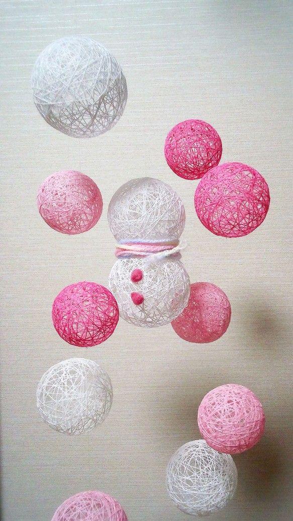 糸玉の中に見え隠れするのは雪だるまくん。寒そうだけどピンクの糸玉に囲まれてふんわり穏やか♪【材料】糸 ボンド テグス カニカン 輪っか 毛糸◎直射日光を避けて...|ハンドメイド、手作り、手仕事品の通販・販売・購入ならCreema。