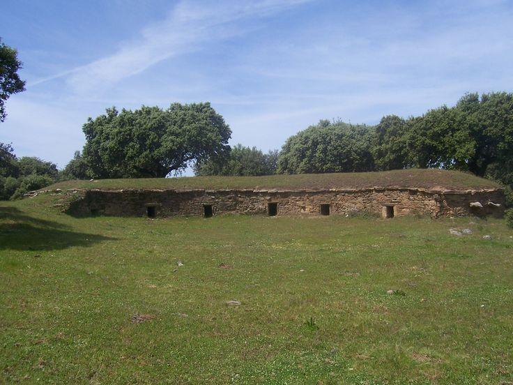 """En la Dehesa Boyal de Montehermoso, además de algunos dólmenes de grandes dimensiones aunque sin """"sombrero"""" podemos ver antiguas zahúrdas muy bien conservadas."""