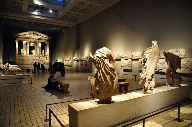 MUSEO BRITANICO DE LONDRES, INGLATERRA. MONUMENTO DE LAS NEREIDAS. Es un edificio sepulcral, descubierto en la antigua ciudad Licia de Janto, en la actual Turquía. Hoy, totalmente reconstruido, puede visitarse en el Museo Británico de Londres.