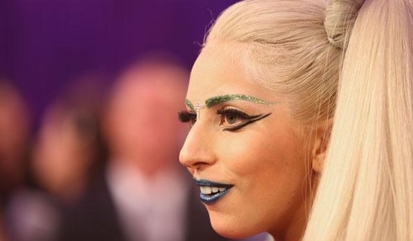 Kopieer de make-up looks van de sterren. Om haar heftige oogmake-up na te bootsen heb je het volgende nodig: oogpotlood, eyeliner en mascara. Een dik lijntje om de ogen, een dikke laag eyeliner en mascara zorgen voor een dramatisch effect. Met een donkere oogschaduw (grijs of zwart) maak je je ogen af. De regel waarbij het accent op de ogen ligt en je de lippen natuurlijk houdt, slaat Lady Gaga volledig over. De eigenwijze Gaga gaat stug voor een donkere lippenstift zoals paars of zwart.