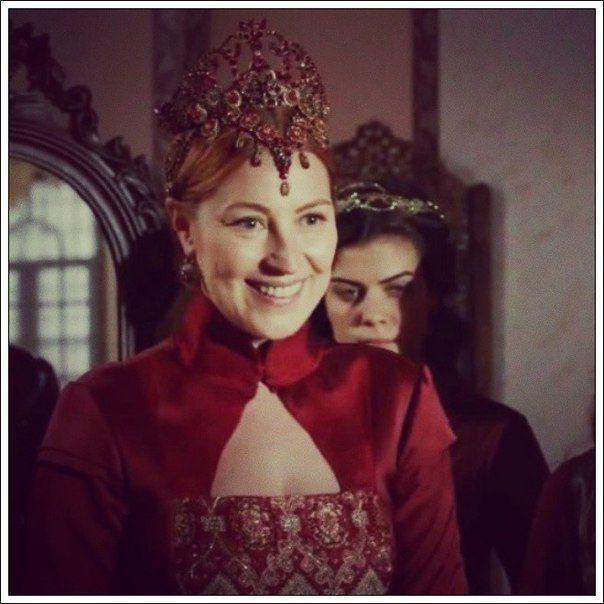 Красная корона Хюррем (Кадр из сериала)