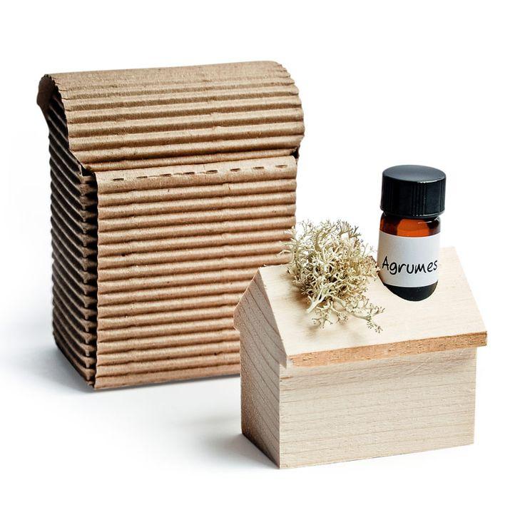 Ce diffuseur écologique est à la fois efficace et sécuritaire. Idéal pour les petites pièces de la maison, l'auto, près du lit, dans les lingeries, etc. Fabriqué exclusivement pour le Quai des Bulles par un artisan. Vendu dans une petite boîte de carton, avec l'huile essentielle ou l'huile parfumée de votre choix (5 mL).