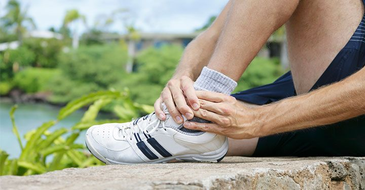 Eén van de meest voorkomende blessures is – samen met de knieblessure – de enkelblessure. Het gaat dan om een verstuikte enkel, een verdraaiing of een bandletsel. In dit artikel ga ik in op gescheurde enkelbanden: wat gebeurt er eigenlijk en wat is de beste behandeling?  https://www.fitness-tips.nl/fitnessblessures/gescheurde-enkelbanden