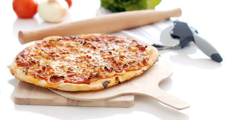 Hoy traemos la tradicional receta de pizza a la carbonara, elaborada en casa. Es muy simple de hacer y su resultado final exquisito.Si te agrada preparar pizzas caseras esta salsa te va a hacer quedar como un estupendo pizzero.