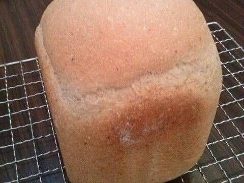 Fabulosa receta para Pan de Cerveza (hecho en máquina panificadora). Un pan delicioso con la cerveza de tu agrado, muy fácil de hacer en la panificadora. El olor durante la mezcla y cocción es único.  El pan de cerveza es una receta basada en la idea de que tanto la cerveza como el pan tienen un proceso de elaboración común: se usa levadura para transformar el azúcar en alcohol, que en el caso del pan se cuece.  El pan de cerveza puede elaborarse fácilmente con harina, cerveza y azúcar. Sin…