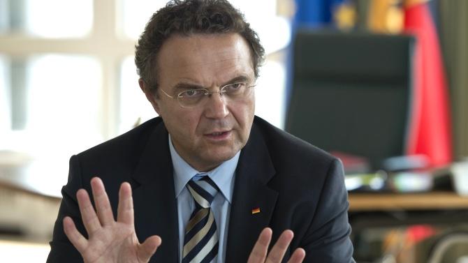"""Innenminister Friedrich verhindert Beitritt von Bulgarien und Rumänien zum Schengen-Raum. Eine Möglichkeit sei jedoch, diejenigen zurückzuschicken, die nur wegen der Sozialleistungen in Deutschland seien. """"Das ist etwas, das ich erreichen möchte"""", sagte Friedrich. Das hätte auch von Schünemann kommen können."""
