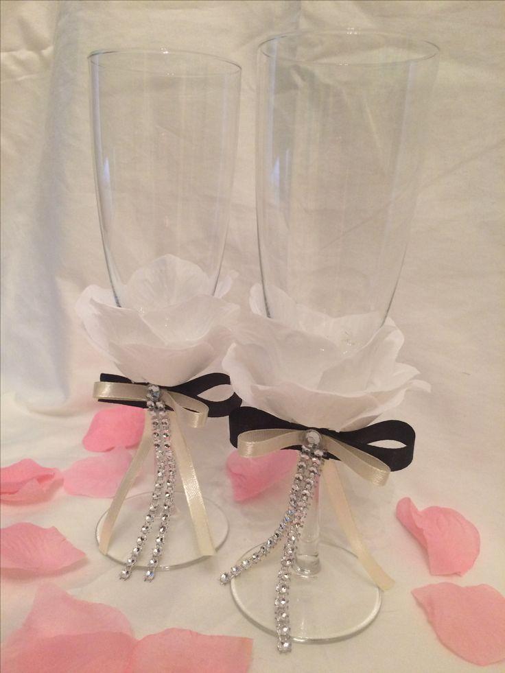 Pezsgőspohár. Rózsaszirom díszítéssel. Wedding decor
