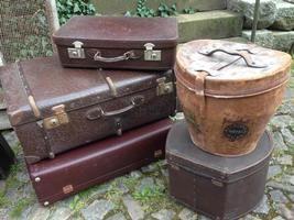 grote voorraad aan antieke koffers  (luggage/suit cases)