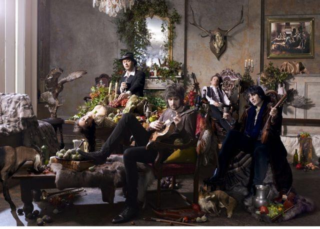 Kasabian w Noel Fielding having a Beggars Banquet moment.