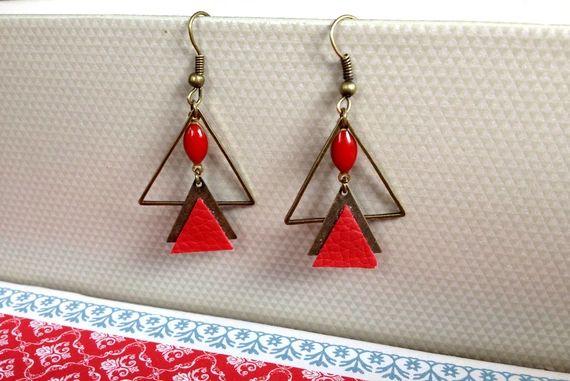 Découvrez Boucles d'oreille géométrique triangles bronze, triangles rouge en cuir  sur alittleMarket