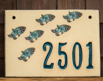 Signo de número de casa dirección de cerámica para uso al aire libre / inauguración de la casa o regalo de boda / casa de playa / montaje en pared / natación peces / por encargo