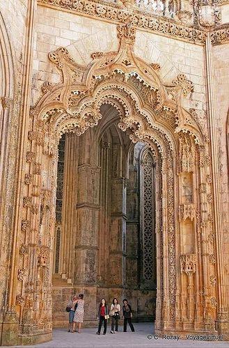 O Mosteiro da Batalha foi construído ao longo de dois séculos até cerca de 1517, durante o reinado de 7 reis de Portugal. De estilo manuelino, é considerado património mundial pela UNESCO, e foi eleito como uma das sete maravilhas de Portugal.