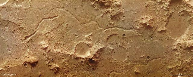 L'ESA ha pubblicato immagini dell'area del pianeta Marte conosciuta come Libya Montes scattate dalla sua sonda spaziale Mars Express. Si tratta di una catena montuosa vicina all'equatore marziano ed è una delle più antiche di Marte, alterata da processi vulcanici e impatti ma anche da processi associati all'esistenza di fiumi. Nelle immagini è infatti possibile identificare vari canali e valli, tracce degli antichissimi flussi d'acqua. Leggi i dettagli nell'articolo!