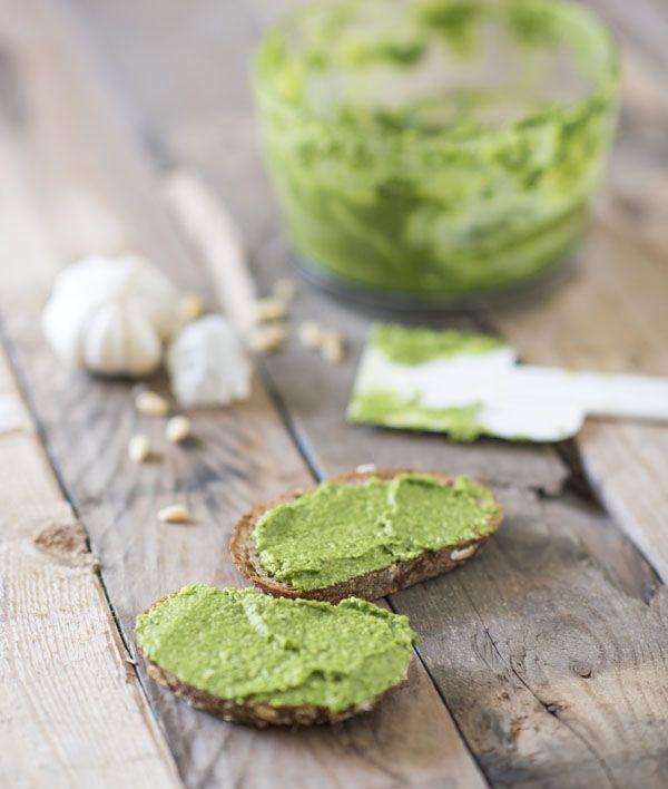 Pesto maken van spinazie is makkelijk en erg lekker. Dit spinazie pesto recept is snel klaar. Een goedkoper alternatief voor pesto van basilicum