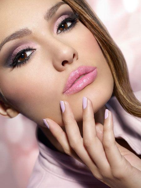 Maquillaje para el día en tono rosa. El tono rosa es el que representa la emoción relajada que influye mucho en los sentimientos de una persona, además de ser el tono ideal para un maquillaje