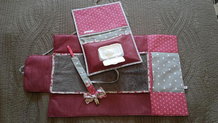 Cadeau naissance ensemble pochette à langer nomade , pochette nécessaire de toilette et une attache sucette rose et gris : Puériculture par lilifiori