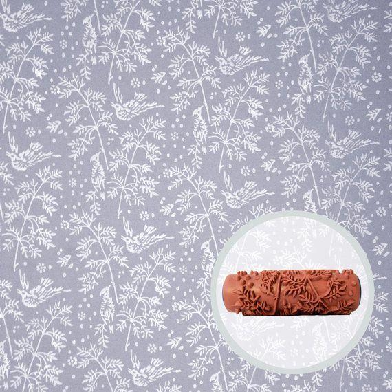 Rulli di vernice fantasia introduzione, permettendo di avere leffetto di carta da parati in casa vostra senza il fastidio e la spesa. I nostri rulli di modello sono come francobolli, usando la vernice come un mezzo per applicare un modello di progettazione senza cuciture direttamente sulle vostre pareti di rotolamento. Pensate a come carta da parati verniciabile: carta da parati si tira semplicemente con la vernice! Tutto ciò che serve sono vernice, un rullo di modello di vostra scelta, e un…