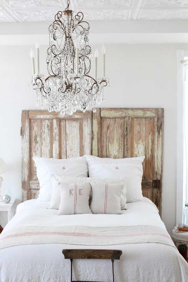 Старые двери в изголовье кровати.