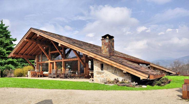 高原の別荘や森の中のキャビン、ハイキングで辿り着いた山頂のログハウス。自然と触れ合う時には建物も木材や石材など天然素材で…