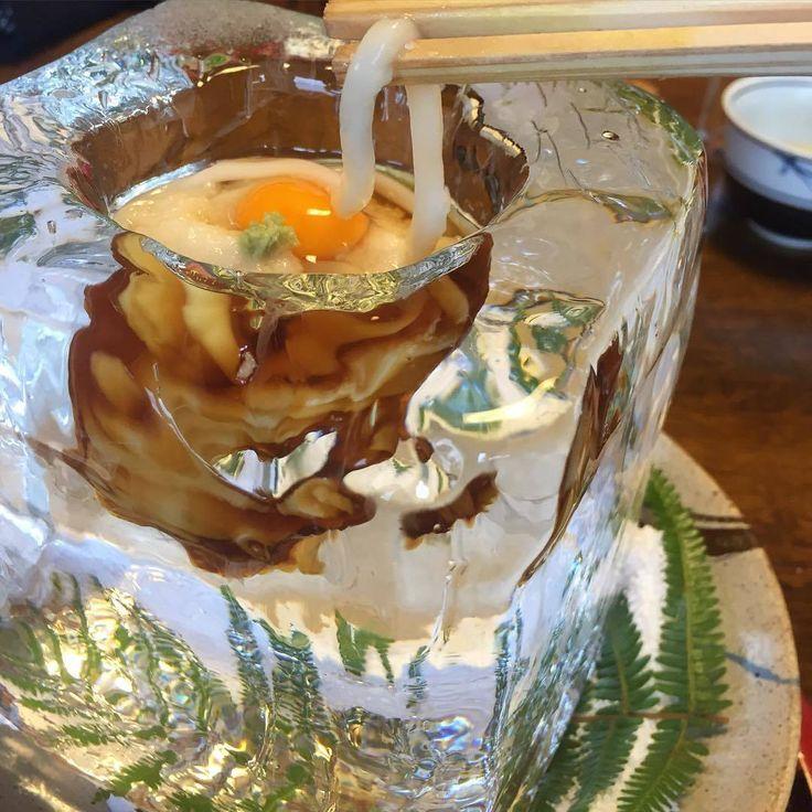 氷の器でいただく目にも涼しげな、うどん。これは京都・嵐山の名店「天ぷら 松」にて提供されているメニューです。その美しすぎるフォトジェニックな見た目がInstagramでも話題に。夏の新たな風物詩、氷の器のうどん。京都に訪れた際には、ぜひ食べてみてください。