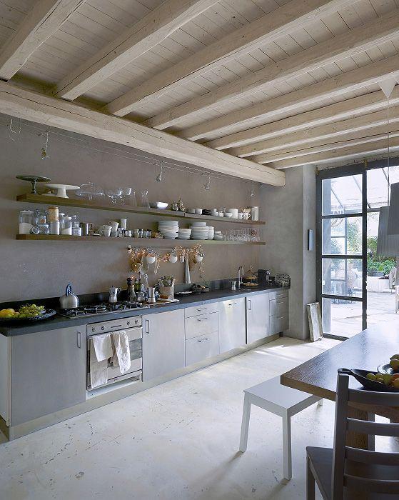 Geschirr Auf Einem Frei Platzierten Wandregal, U. A. Mit BURKEN Dose Mit  Deckel Aus Klarglas/