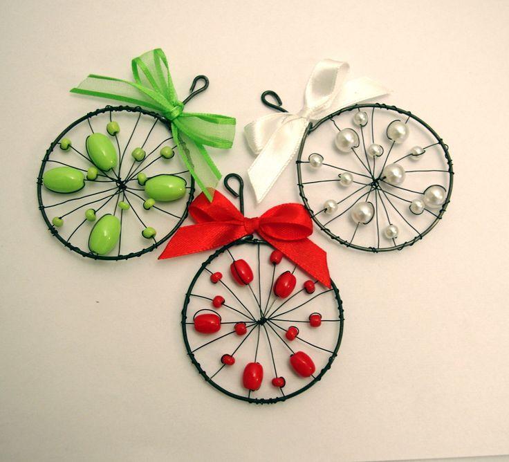 Vánoční ozdoby - barevné kolečko Průměr kolečka cca 6 cm. Uvedná cena je za 1 ks. Ozdoby jsou vyrobeny z černého žíhaného drátku.
