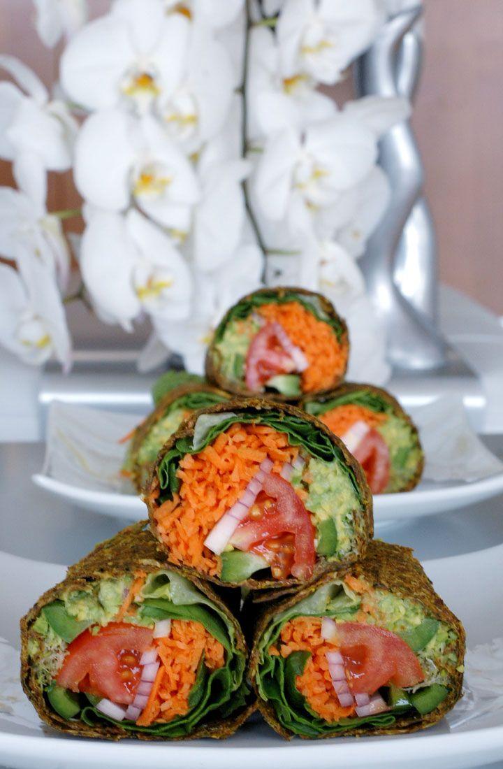 Envoltório cru do alimento do vegan enchido com guacamole, tomates, cebolas e alface | THE GLOBAL GIRL ®