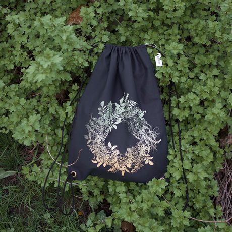 Černý plátěný batoh s autorskou ilustrací, vyrobený sítotiskem. Batoh je ušitý z pevné látky.