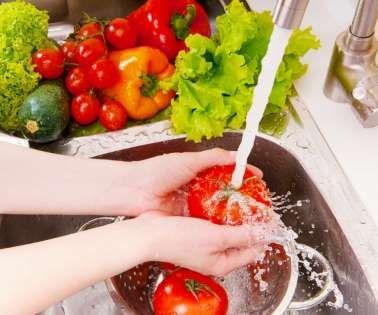 Uma alimentação saudável precisa ser rica em legumes, vegetais e frutas. Todos são indispensáveis para nossa saúde, certo? Saiba que higienizar de forma correta cada um desses alimentos também precisa fazer parte do nosso dia a dia! Confira algumas dicas de como realizar essa higienização de forma natural e fácil.