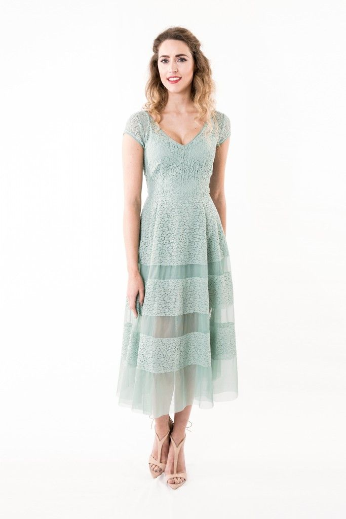 Jurken Huren. Body Frock. Juneberry Green. Long dress. Lace dress. Short sleeves. Slim fit. Green color. Pastel colors. V-Neckline. Summer dress.