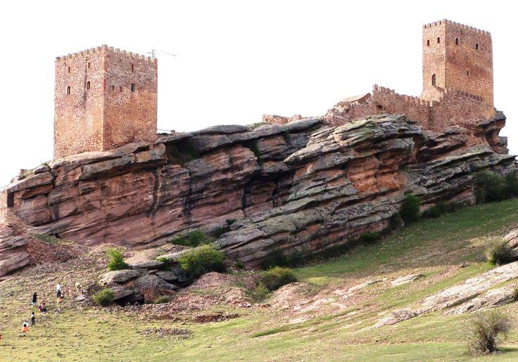 Castello di Zafra ( by Alberto Ortiz de Zarate, CC BY 2.0 - https://www.flickr.com/photos/alorza/2727480149/ )