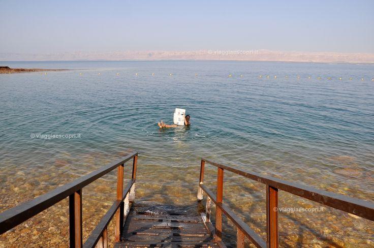 Galleggiare nel Mar Morto e leggere il giornale #shareyourjordan http://www.viaggiaescopri.it/soggiorno-sul-mar-morto-rinvigorirsi-tra-il-relax-e-il-potere-della-natura/