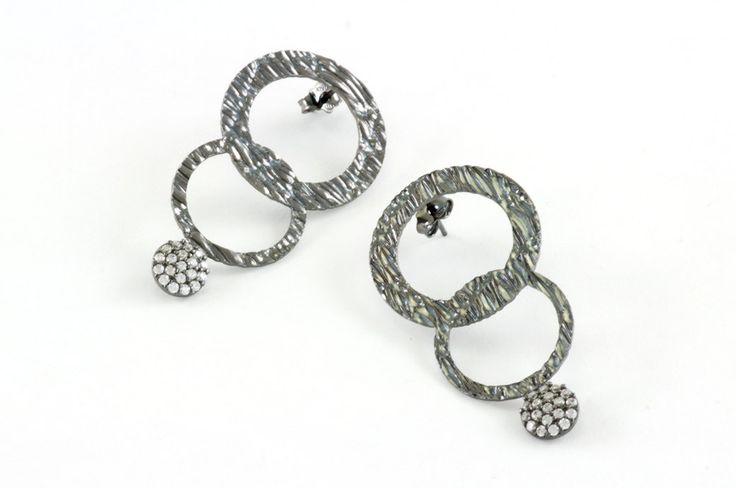 Circle elegant earrings in sterling silver.Orecchini a cerchio in argento.dainty minimal earrings,minimal silver, minimal hoop, gold colour. di EOScollection su Etsy