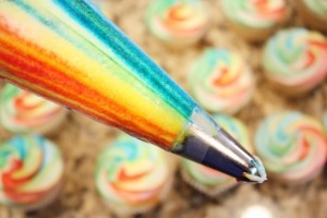 Rainbow Frosting tutorial - pretty simple. Called striping your bag. I like