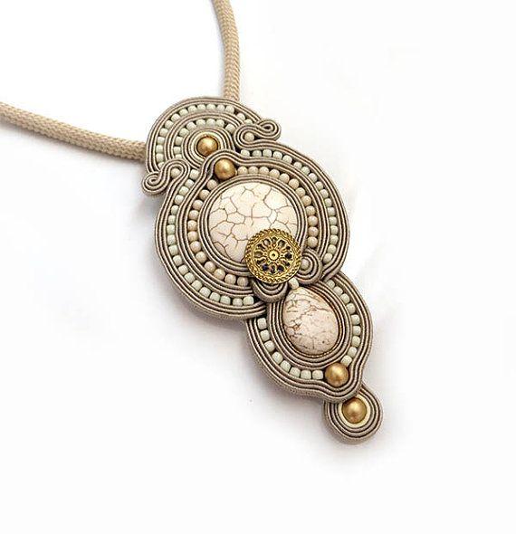 Beige ivoor oude gouden ketting soutache OOAK verklaring ketting Soutache stenen howlit hanger gift van Kerstmis voor vrouw