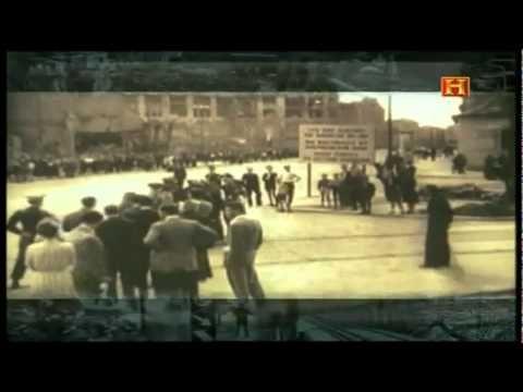Muro de Berlin Parte I.  Uno de los militares que vigilan la alambrada que se convertirá en muro, salta y huye hacia la Alemania libre.