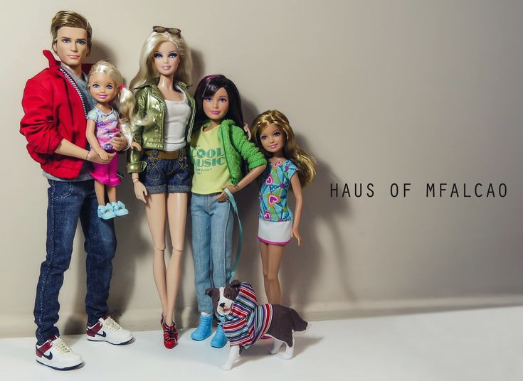 Barbie's Family FROM: http://media-cache-ak0.pinimg.com/originals/47/60/07/47600765ce6a6d5652afe42cec2b75cf.jpg