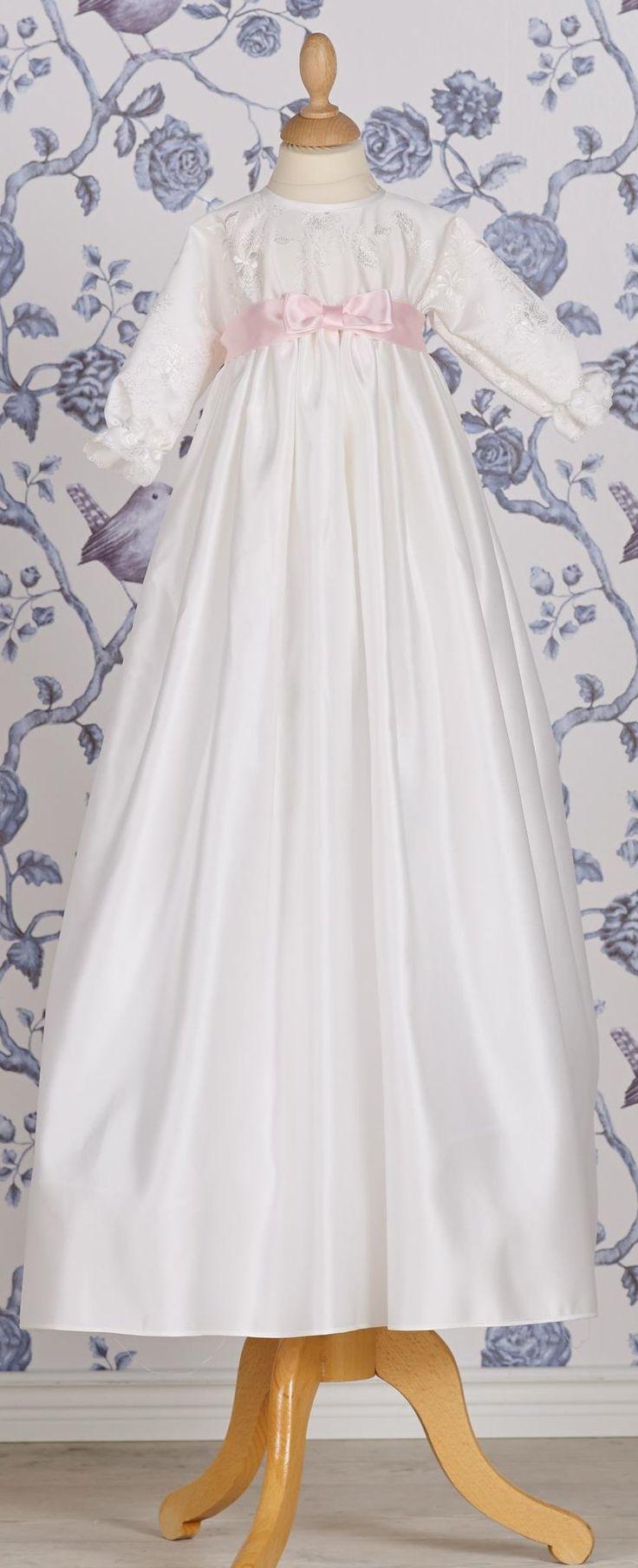 Nieuw in de collectie bij Corrie's bruidskindermode: de lange doopjurk. In diverse modellen in wit en ivoor. Met keuze uit verschillende kleuren satijnen lint. Doopkleding, doopjurk, dooppakje, dopeling. bruidskindermode.nl