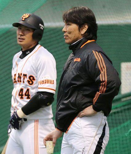 巨人の宮崎キャンプで大田(左)を指導した松井氏