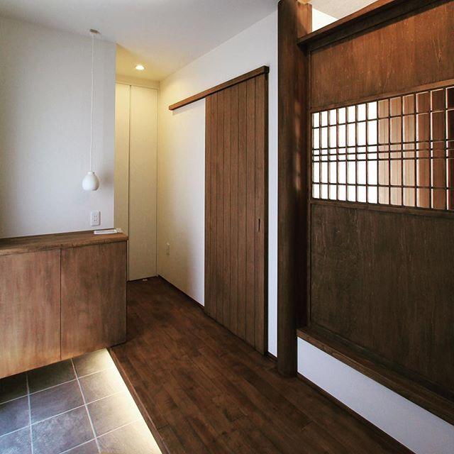 玄関先。和室に入る扉と土間から上がるところの照明。下駄箱の上から落ちてくる照明。  #グランハウス岐阜 #設計事務所  #間接照明#格子#木製扉#造作建具   #下駄箱#玄関#玄関ポーチ#欄間#和風建築  #ウォルナット#かっこいい家#和モダン