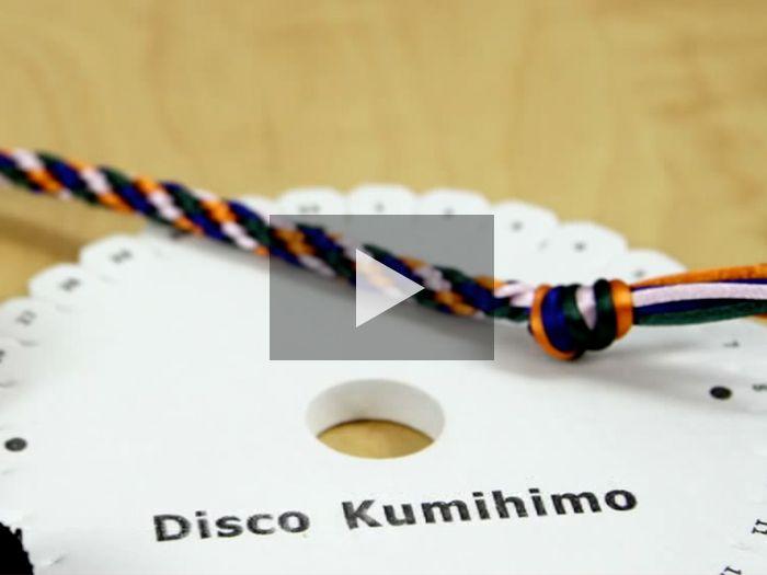 Aprende a usar el disco kumihimo para hacer tus propias pulseras. ¡Quedarán genial!