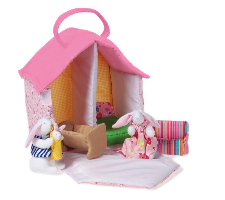BUNNY DOLLS HOUSE Esta hermosa casa de tela hecha a mano es el hogar de la familia del conejito - mamá, papá y bebé. Con sus dos habitaciones empapeladas, cama, sofá… Materiales: Textil Edad recomendada: A partir de 3 años PVP: 30 € #casitasdetela #casitademuñecos http://www.babycaprichos.com/dolls-house.html