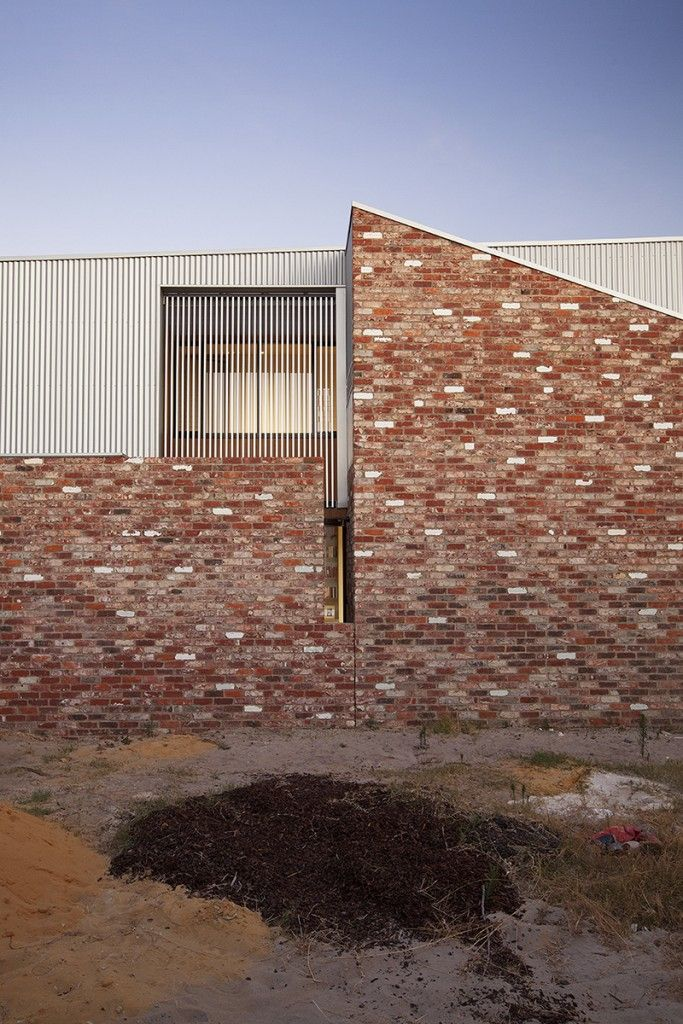 The western external wall of the home of architects Yun Nie Chong and Patrick Kosky in Fremantle, WA is made of recycled brick referencing nearby industrial architecture. Photo Bo Wong // Design Satellite